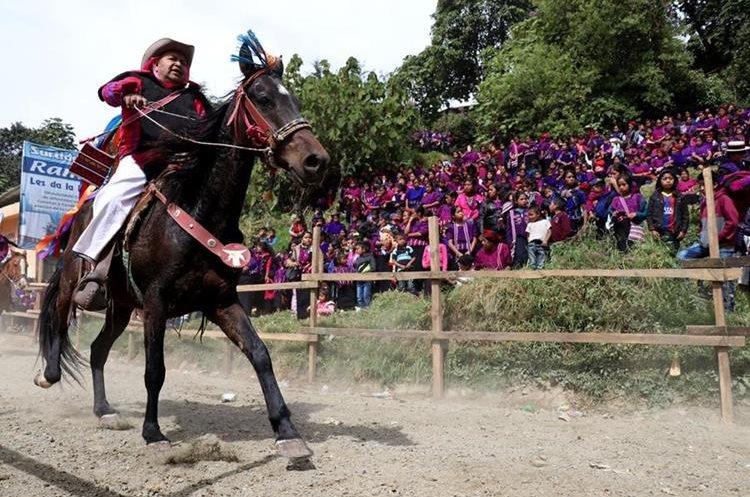 Sanjuaneros corren con su traje ceremonial ante la mirada de los pobladores de distintas comunidades.