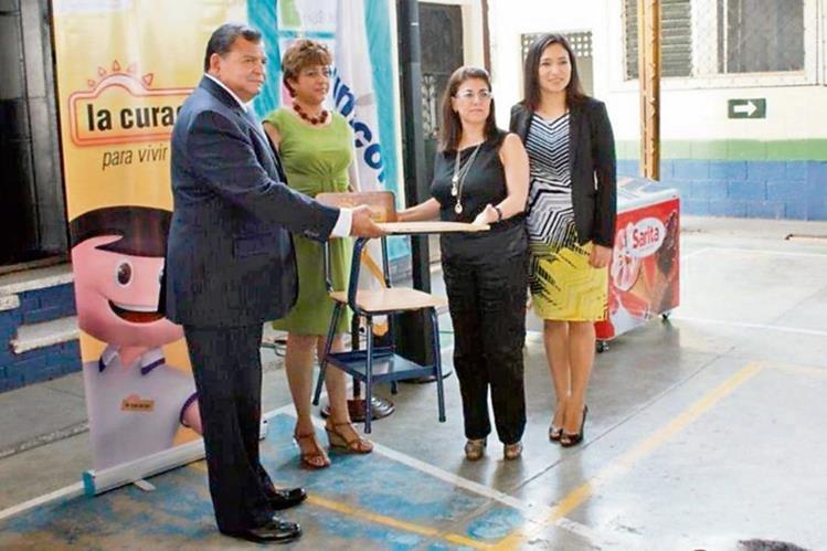 Representantes de las instituciones en la entrega de los escritorios. (Foto Prensa Libre: Hemeroteca PL)