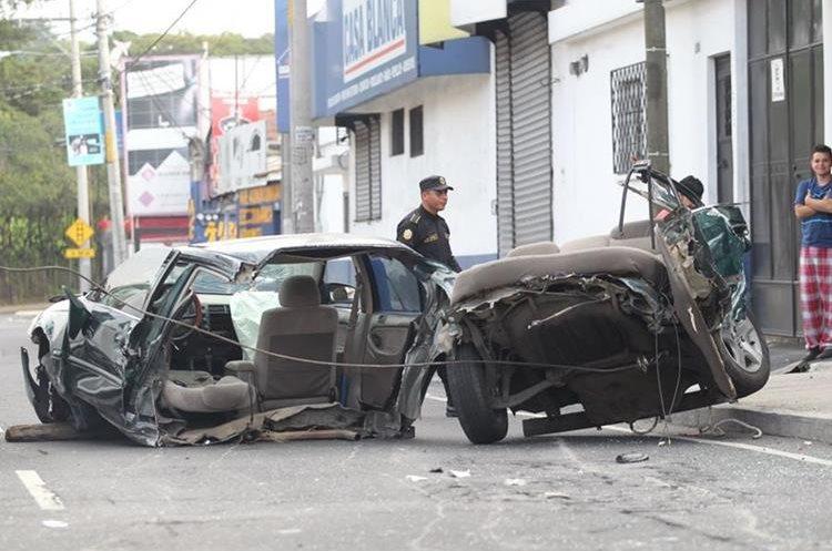 Según testigos, el conductor viajaba en estado de ebriedad. (Foto Prensa Libre: Érick Ávila)