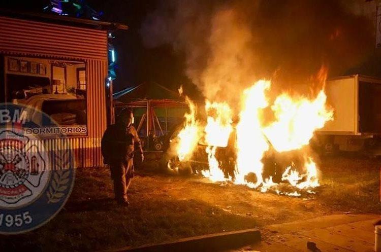Un vehículo fue consumido por las llamas en el kilómetro 21 de la ruta a San Juan Sacatepéquez. (Foto Prensa Libre: CBM)