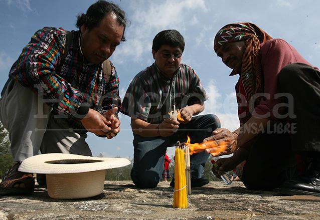Los sacerdotes mayas utilizan candelas de colores blanco, rojo, azul, verde y amarillo durante el rito. (Foto: Hemeroteca PL)