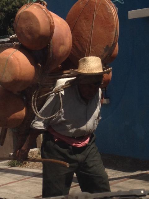 En la provincia aún se observan artesanos que tratan de vender su producto.(Prensa Libre: Hemeroteca PL)