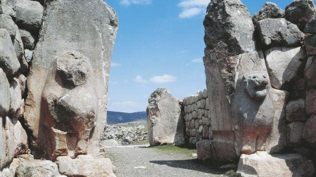 Los hititas construían imponentes entradas a sus ciudadelas como esta en Hattusha, en la actual Turquía. GETTY IMAGES