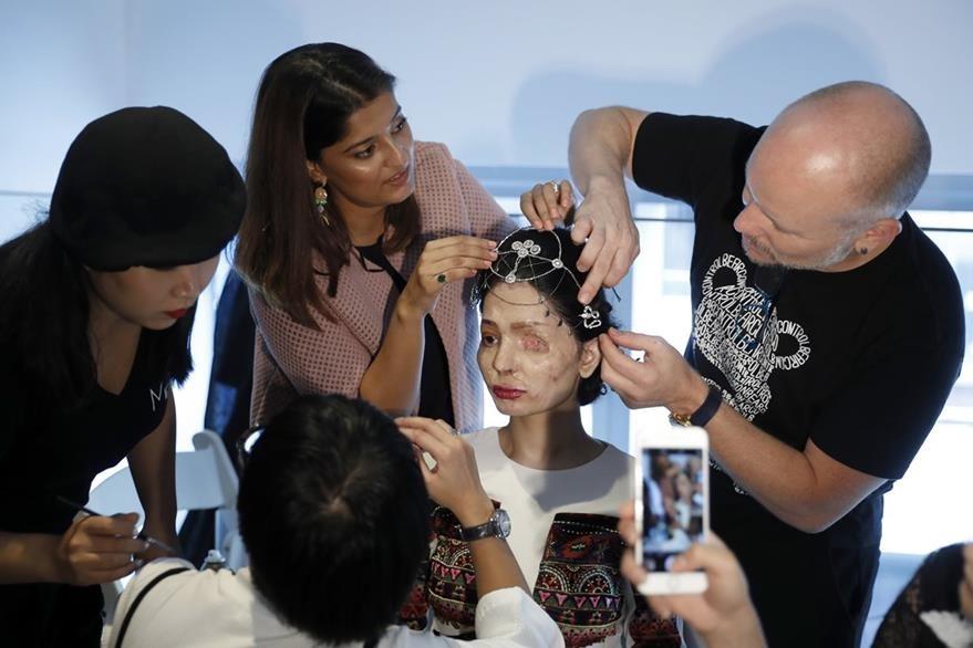 Al igual que las otras modelos, Querishi fue peinada y maquillada antes de salir a la pasarela. (Foto Prensa Libre: AP)