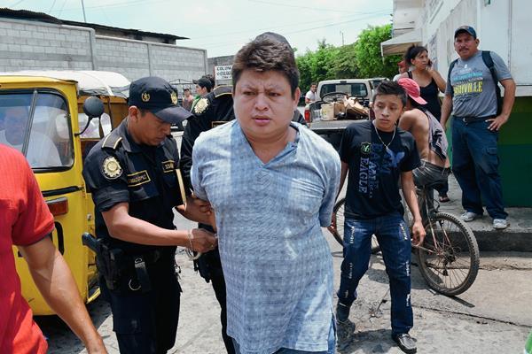 Julio Ixchop  Hernández fue capturado luego de que agredió a su progenitora, Francisca Hernández y a su esposa, en la ciudad de Retalhuleu. (Foto Prensa Libre: Jorge Tizol)