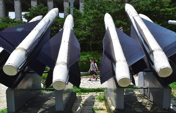 En Seúl se exhibe réplicas de misiles en el Memorial de Guerra de Corea.(AFP)