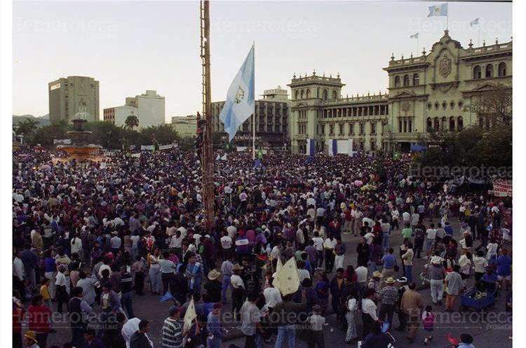 29/12/1996 Cientos de guatemaltecos celebran la firma de la paz, la cual se desarrolla en el Palacio Nacional. (Foto: Hemeroteca PL)