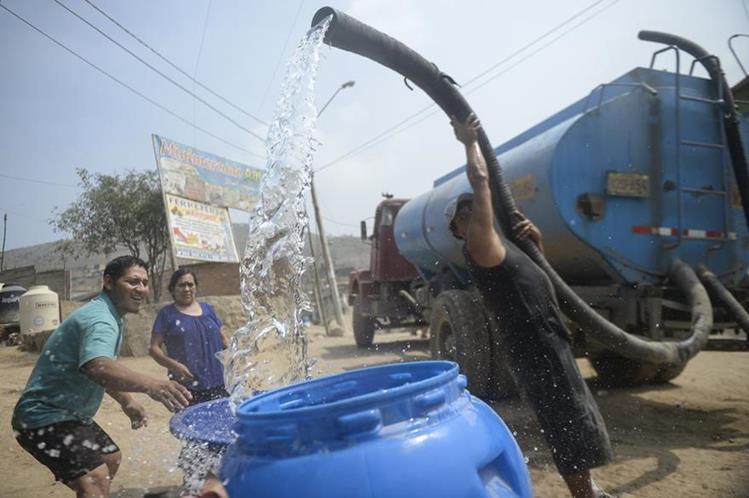 Muchas familias buscan proveedores de agua que cobran por galón, ante la falta de acceso. (Foto Prensa Libre: Hemeroteca PL)