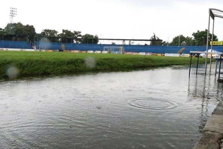 Así luce el estadio Carlos Salazar debido a la constante lluvia. (Foto Prensa Libre: Cristian Soto)