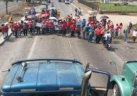 Salubristas manifiestan en el kilómetro 100 de la ruta a Puerto Quetzal. (Foto Prensa Libre: Enrique Paredes)