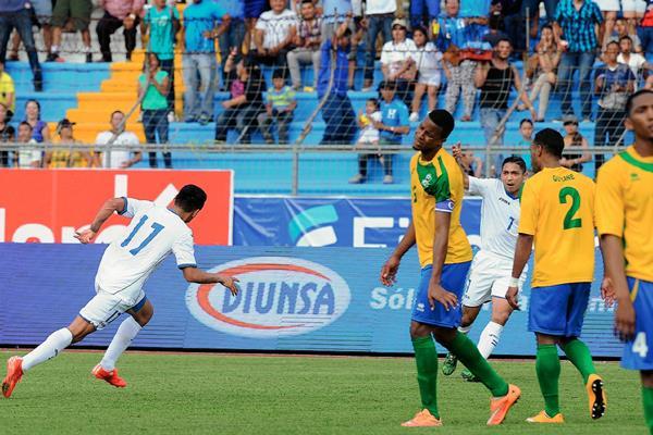 Andy Najar (11) celebra luego de anotar el gol ante la frustración de los jugadores de Guyana. (Foto Prensa Libre. AFP)