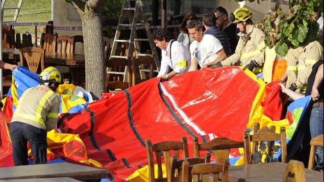 Comercio no contaba con permiso para colocar castillo inflable. (Foto Prensa Libre: EFE)
