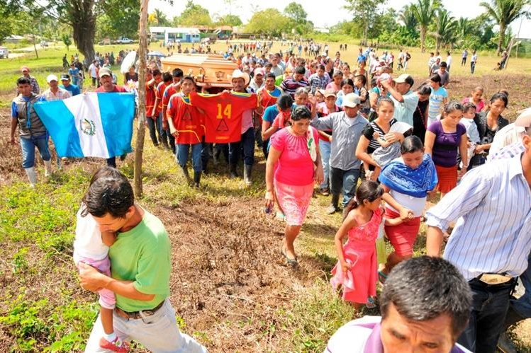 Cientos de pobladores brindaron homenaje póstumo a Ribogerto Lima en el campo de futbol de la comunidad Champerico, de Sayaxché, Petén. (Foto Prensa Libre: Rigoberto Escobar).