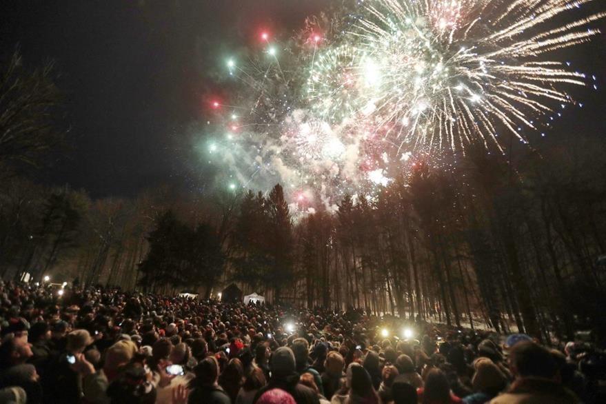 Cientos de personas asisten a la celebración del Día de la Marmota en Punxsutawney, Pensilvania. (EFE).