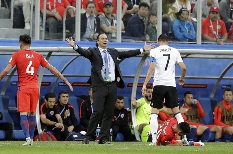 El técnico de Chile, Juan Antonio Pizzi pide una falta en la final disputada en el St.Petersburgo Stadium, Russia.