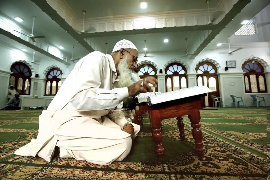 Un hombre reza con motivo de la celebración del Ramadán en la mezquita de Bangalore, India. (Foto Prensa Libre: EFE).