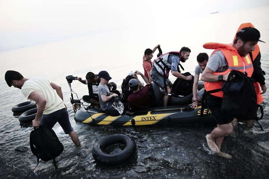 autoridades luchan para contener la creciente oleada de personas que llegan de forma ilegal. (Foto Prensa Libre: AFP).