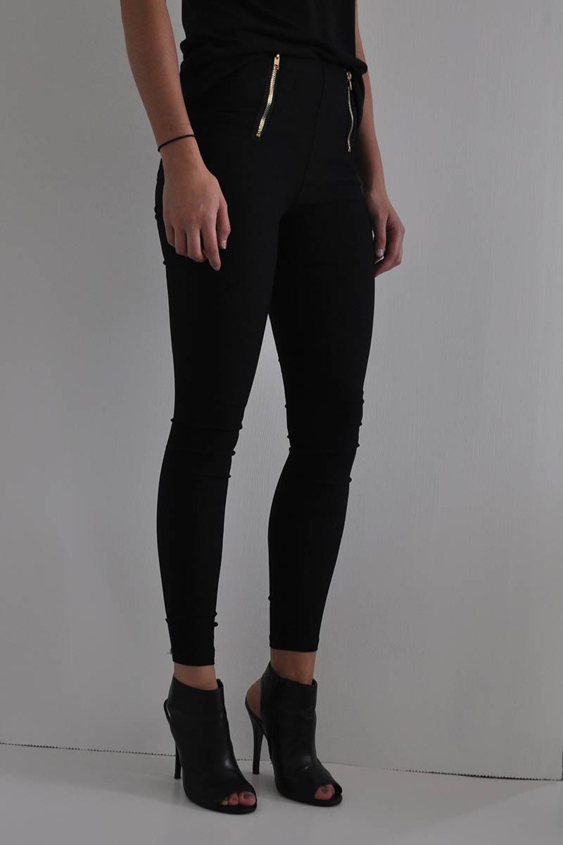 El leggin  negro y zapato  de tacón  aporta elegancia.