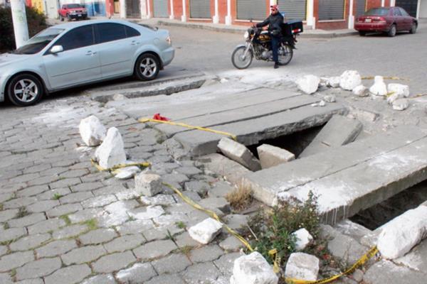 Una de las tapaderas dañadas en la calle Cirilo Flores, en la zona 2 de Quetzaltenango.