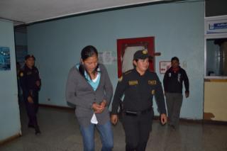 Agente de la PNC escolta a Lorena Nohemí Ramos, sindicada de inentar robar a un bebé. (Foto Prensa Libre: PNC)