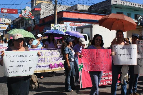 Alrededor de un centenar de féminas marcharon por calles de la ciudad de Escuintla.