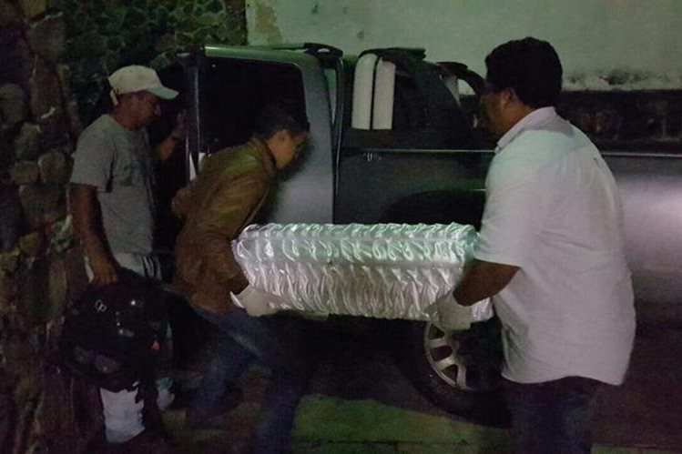 Los restos de la menor son retirados del Instituto Nacional de Ciencias Forenses. (Foto Prensa Libre: Hugo Oliva)