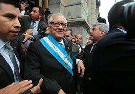 Alejandro Maldonado Aguirre sale del Congreso luego de la juramentación. (Foto Prensa Libre: Alvaro Interiano)