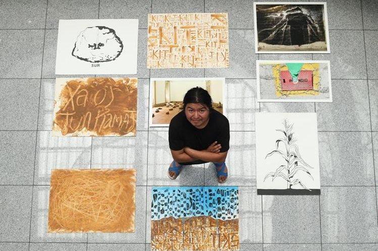 Édgar Calel expondrá sus obras en la galería que se llevará a cabo en Río de Janeiro, Brasil. (Foto Prensa Libre: Esbin García)