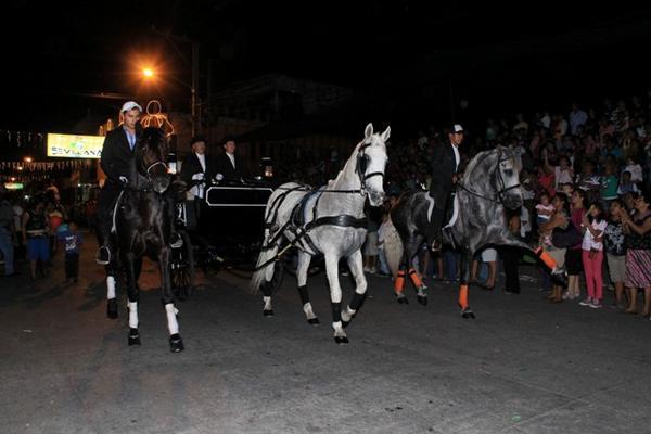 <p>Escuintlecos abarrotaron las principales calles de la cabecera para apreciar el desfile. (Foto Prensa Libre: Enrique Paredes)</p>