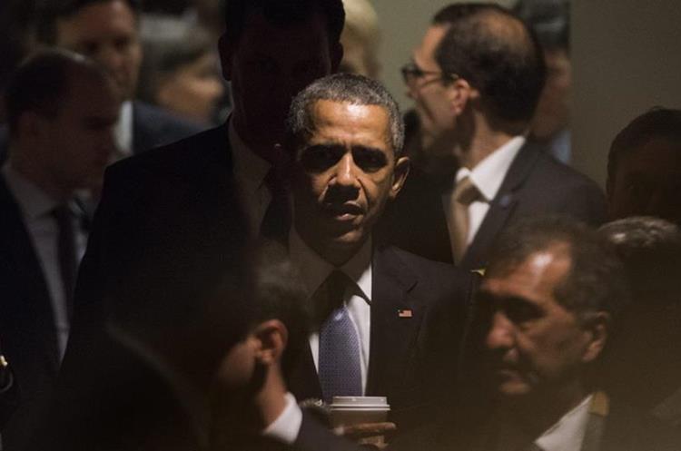JLX54. NUEVA YORK (NY, EE.UU.), 28/09/2015.- El presidente estadounidense, Barack Obama (c), sale despues de su encuentro con su homólogo ruso, Vladimir Putin, en el marco de la Asamblea General de la ONU celebrada en su sede de Nueva York (EE.UU.) hoy, lunes 28 de septiembre de 2015. Gobernantes como el estadounidense Barack Obama comparten tribuna desde hoy y durante esta semana con otros dirigentes que se estrenan en este debate, como el cubano Raúl Castro y el chino Xi Jinping. EFE/JUSTIN LANE