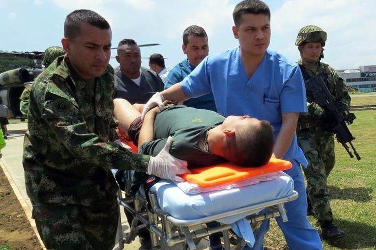 Paramédicos trasladan a uno de los soldados heridos en el ataque. (Foto Prensa Libre: EFE)