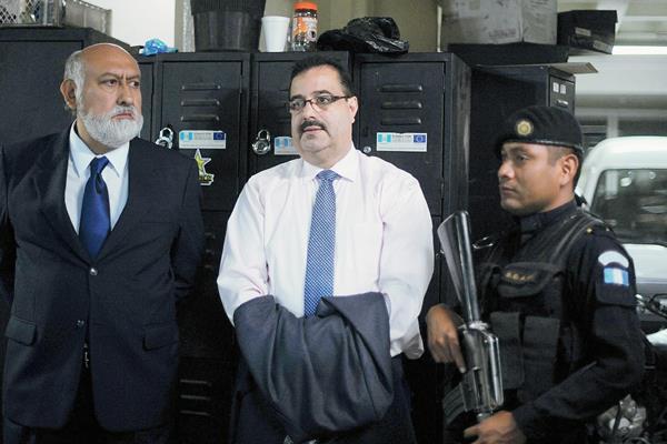 El presidente del Banguat, Julio Suárez, al momento de su captura. (Foto Prensa Libre. AFP).