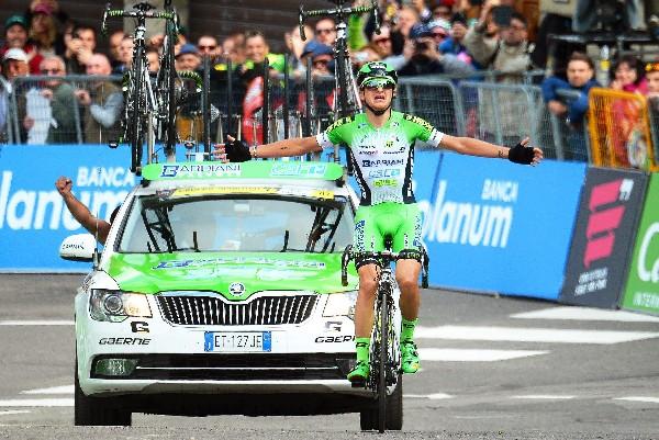 Giulio Ciccone, del equipo Bardiani CSF, celebra su victoria en la décima etapa del Giro de Italia. (Foto Prensa Libre: EFE).