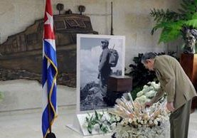 Raúl Castro rinde homenaje frente a la urna donde están las cenizas de su hermano, el líder revolucionario Fidel Castro. (Foto Prensa Libre: AFP).