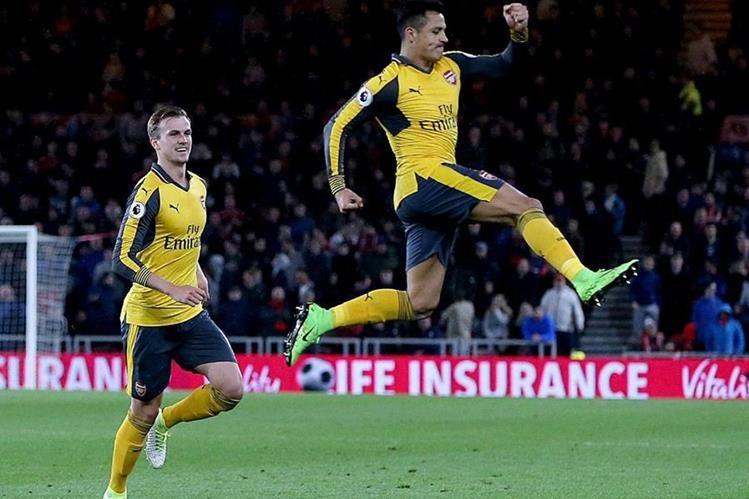 El jugador del Arsenal Alexis Sanchez (derecha) celebra por haber anotado contra el Middlesbrough. (Foto Prensa Libre: EFE)