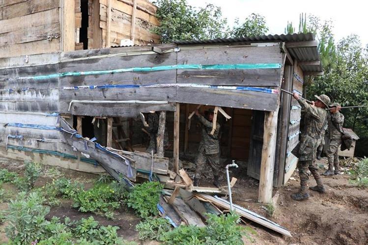 Militares destruyen los búnkeres que fueron construidos en el área de conflicto entre Ixchiguán y Tajumulco. (Foto Prensa Libre: Hemeroteca PL)