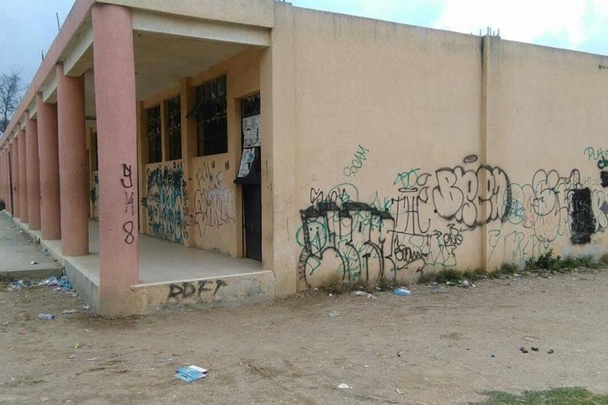 El edificio de la escuela primaria fue abandonado por el acoso de las pandillas. (Foto Prensa Libre: P. Raquec)