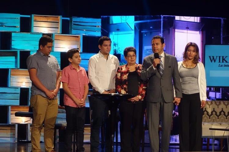 El presidente electo Jimmy Morales asiste junto a su familia a un servicio religioso en la iglesia evangélica Ilumina. (Foto Prensa Libre: Cortesía)