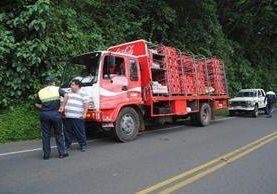 <p>Un camión repartidor de aguas gaseosas fue asaltado en la aldea El Pital, Coatepeque, Quetzaltenango. (Foto Prensa Libre: Alexander Coyoy)</p>