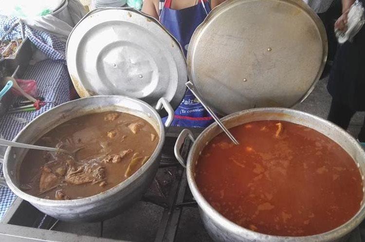 A quienes compran comida en la calle recomiendan consumir solo alimentos que hayan sido cocidos. (Foto Prensa Libre: Roni Pocón)