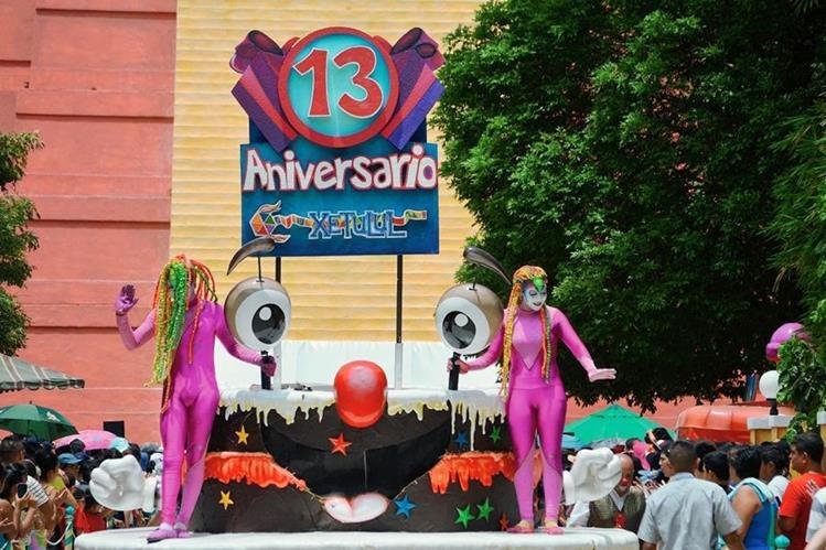 Desfile de carrozas engalana aniversario del parque Xetulul, en San Martín Zapotitlán, Retalhuleu. (Foto Prensa Libre: Jorge Tizol)