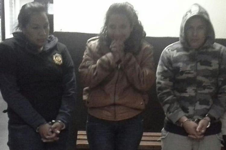 Tres de los cuatro investigadores del Deic, consignados por laborar en estado de ebriedad. (Foto Prensa Libre: PNC)