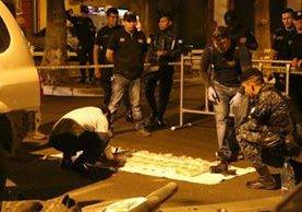 Autoridades analizan la sustancia que se encontraba dentro de los paquetes hallados dentro de un vehículo en el estacionamiento de un centro comercial de Retalhuleu. (Foto Prensa Libre: Rolando Miranda)