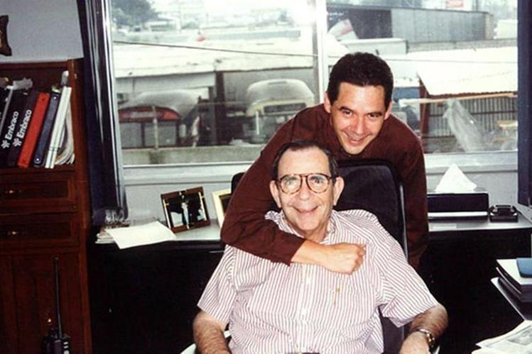 Jacobo Tefel Pasos, junto a su hijo, con quien compartía funciones en la empresa. (Foto Prensa Libre: vidayexito.net)