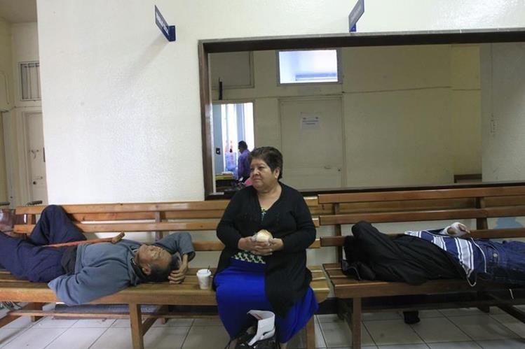 La atención es irregular en la consulta externa del Hospital Roosevelt debido a la falta de medciamentos. (Foto Prensa Libre: Edwin Bercián)