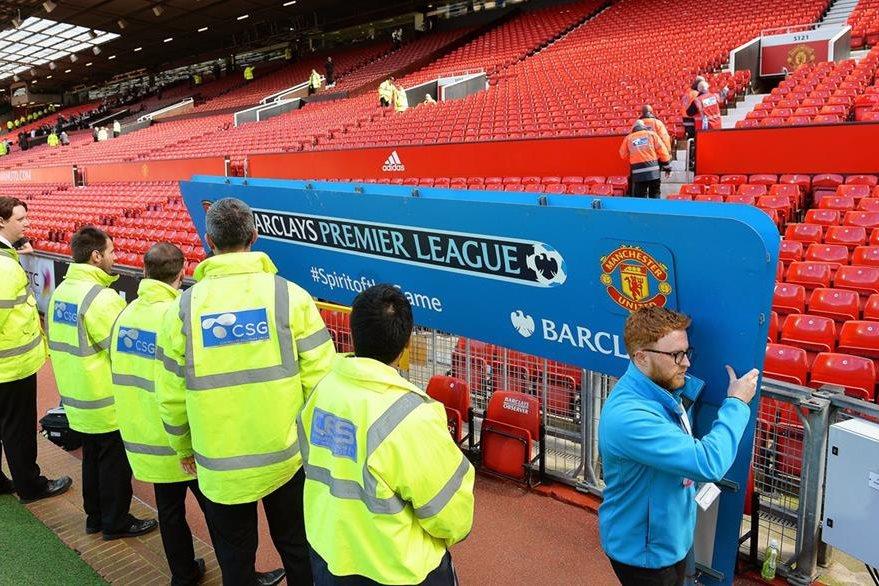 Miembros de la seguridad del estadio Old Trafford supervisan las instalaciones del estadio después de que se suspendiera el partido por medidas de seguridad. (Foto Prensa Libre: EFE)