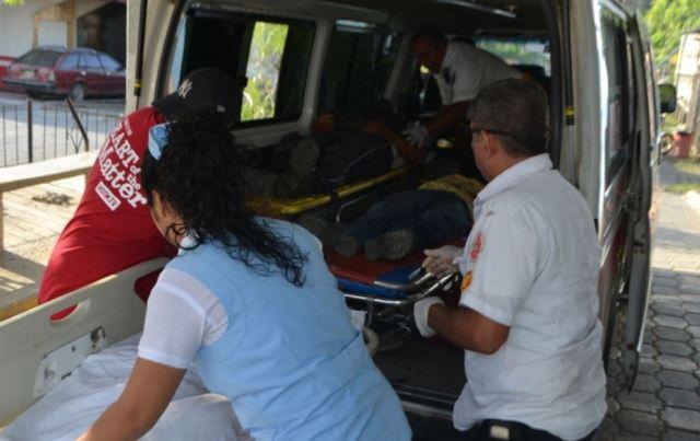 Socorristas trasladan hacia la emergencia del hospital al vendedor de tarjetas telefónicas Oscar Wilson y los agentes de seguridad privada. (Foto Prensa Libre: Dony Stewart)
