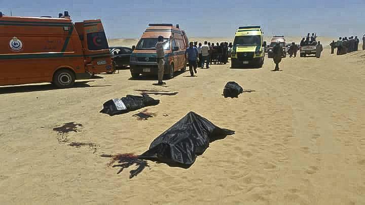 Zona donde fue atacado un autobús donde viajaban cristianos coptos el viernes en Egipto. (Foto Prensa Libre: AFP)
