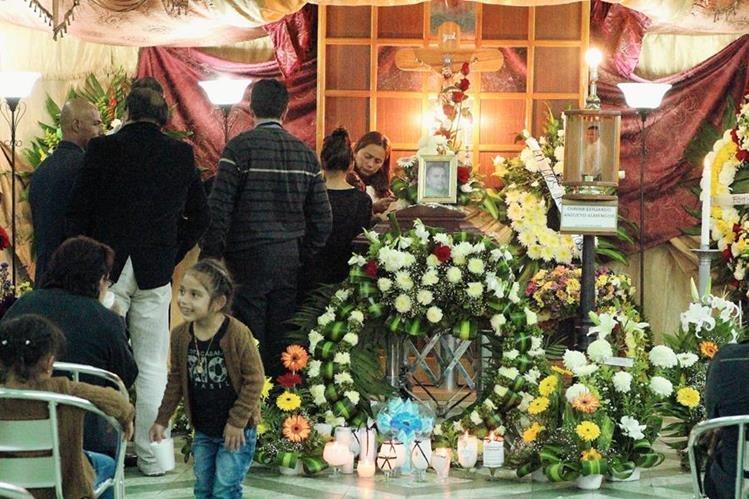 El velorio se lleva a cabo en el salón Quetzal, de la cabecera de San Marcos. (Foto Prensa Libre: Aroldo Marroquín)