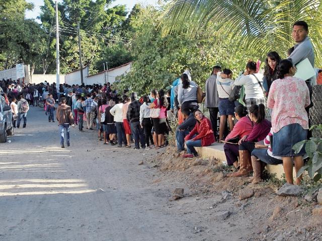 En Jutiapa se observó una larga fila de padres de familiar para inscribir a sus hijos. (Foto Prensa Libre: Óscar González).